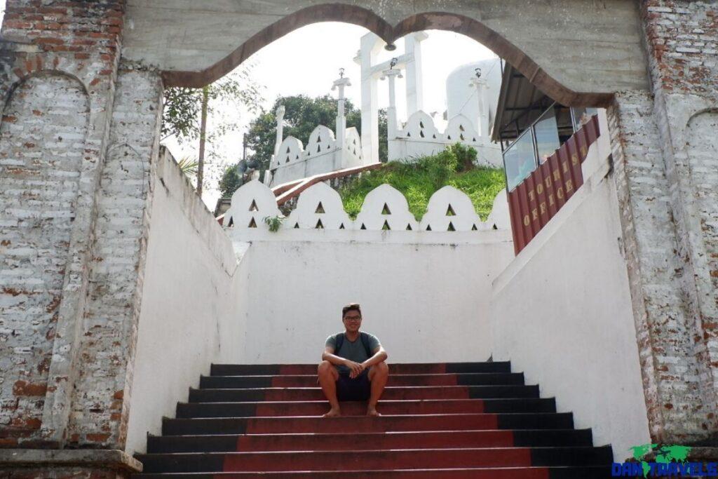 This is me at the entrance gate of Vahirawakanda Buddha Templein Kandy, Sri Lanka | Dantravels.org
